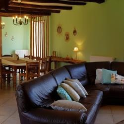 Chez Alphonse, le salon doté d'un grand canapé d'angle pour un confort incomparable