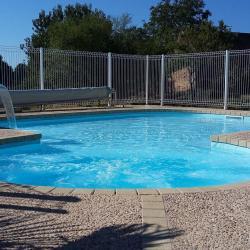 Le bain à remous et le bassin pour enfants adossés à la grande piscine.